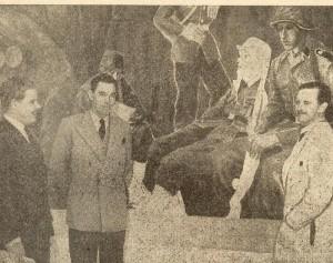 """Fotografia presa dal giornale nazionalsocialistar """"Fritt Folk (Popolo Libero"""" del 2 maggio 1945. Da sinista: il segretario generale della mostra  Øystein Orre, il capo dell'ufficio Frontkjemper (combattenti del fronte dell'est) Bjørn Noreger e l'artista Harald Damsleth."""